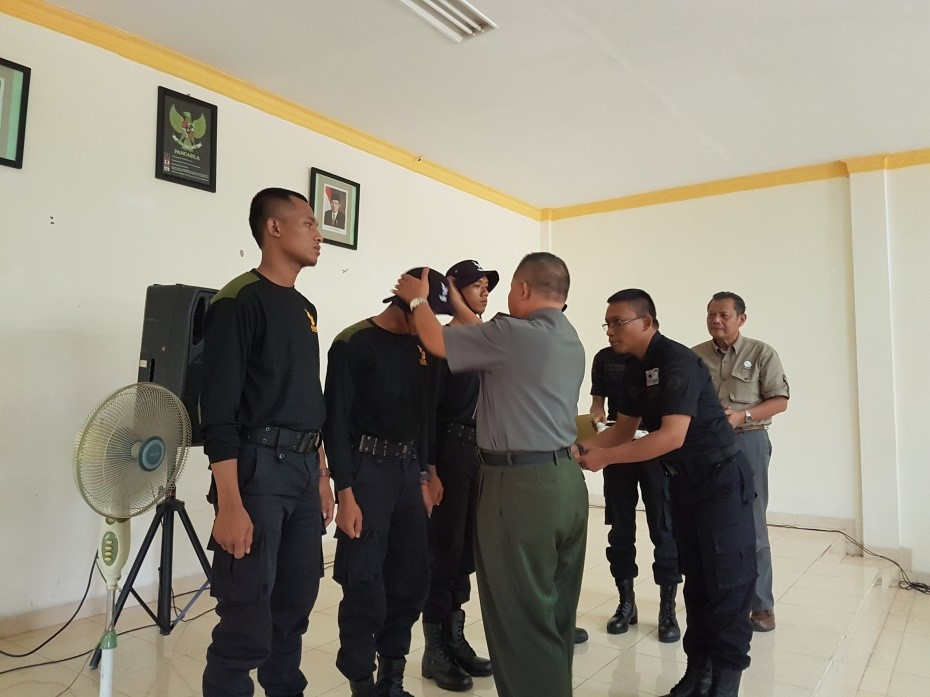 The new RPU team in WKNP is given a hat from the Head of the Park while Pak Widodo looks on.