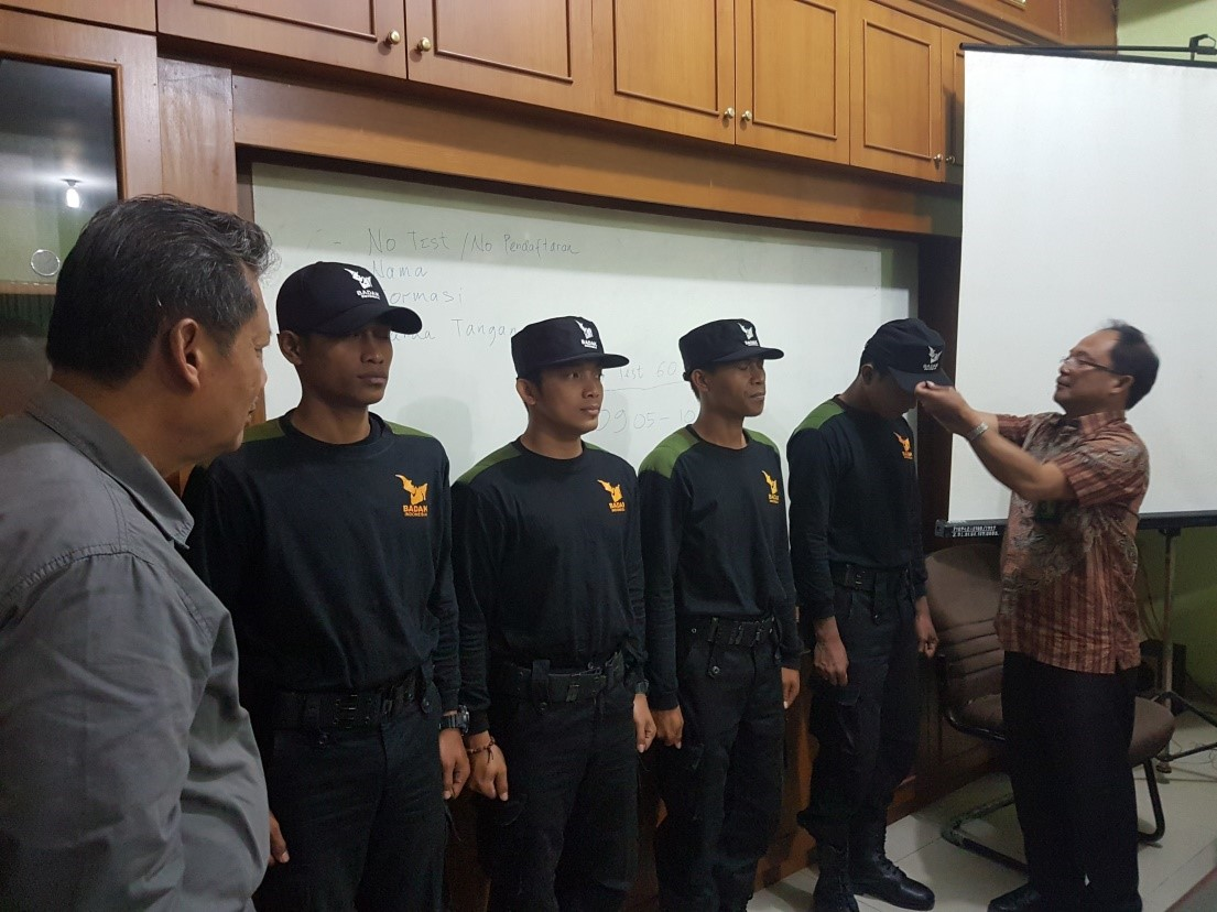 The new RPU team in BBSNP recieves a hat from the Head of the Park while Pak Widodo looks on.